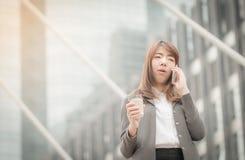 Bizneswoman rozmowa telefon komórkowy Obraz Royalty Free