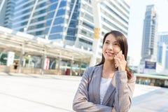 Bizneswoman rozmowa telefon komórkowy Zdjęcie Royalty Free
