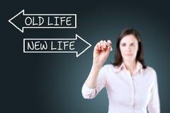 Bizneswoman rysuje Starego życie Nowego życia pojęcie na ekranie lub niebieska tła Zdjęcie Stock