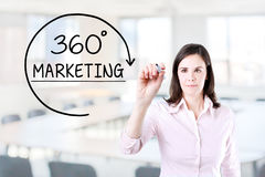 Bizneswoman rysuje 360 stopni Wprowadzać na rynek pojęcie na wirtualnym ekranie Biurowy tło Obrazy Royalty Free