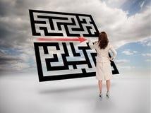 Bizneswoman rysunkowa czerwona strzała przez qr kodu Zdjęcie Stock