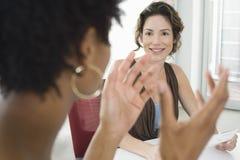Bizneswoman Słucha Żeński kolega Podczas spotkania fotografia stock