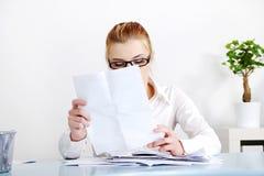 bizneswoman segreguje czytanie Obraz Royalty Free