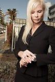 bizneswoman sprawdzać jej zegarek Fotografia Stock