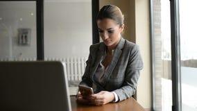 Bizneswoman sprawdza jej telefon zbiory