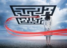 Bizneswoman stoi patrzejący czerwoną strzała przez qr kodu Zdjęcia Royalty Free