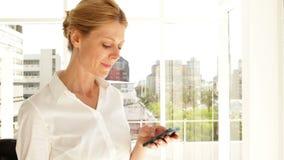 Bizneswoman texting na telefonie zdjęcie wideo