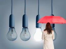 Bizneswoman trwanie kamery mienia czerwieni parasol z powrotem Obrazy Royalty Free