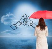 Bizneswoman trwanie kamery mienia czerwieni parasol z powrotem Obrazy Stock