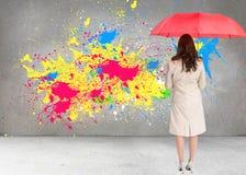 Bizneswoman trwanie kamery mienia czerwieni parasol z powrotem Obraz Royalty Free