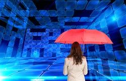 Bizneswoman trwanie kamery mienia czerwieni parasol z powrotem Fotografia Stock