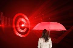 Bizneswoman trwanie kamery mienia czerwieni parasol z powrotem Zdjęcia Royalty Free