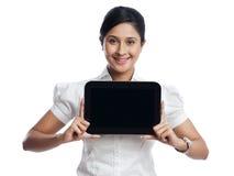 Bizneswoman trzyma cyfrową pastylkę Obrazy Royalty Free