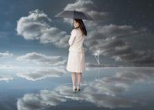 Bizneswoman trzyma czarnego parasol Fotografia Stock