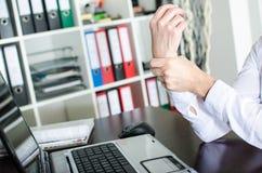 Bizneswoman trzyma jej bolesnego nadgarstek Zdjęcia Royalty Free