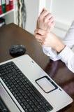 Bizneswoman trzyma jej bolesnego nadgarstek Zdjęcie Royalty Free