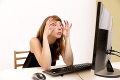 Bizneswoman trzyma ona oczy otwiera patrzeć Obrazy Stock