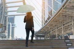 Bizneswoman trzyma parasol w mieście Zdjęcie Royalty Free