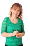 Bizneswoman trzyma pióro i notatkę w zielonej koszula Fotografia Royalty Free