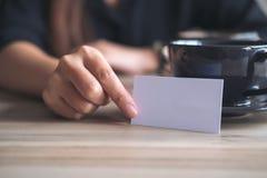 Bizneswoman trzyma pustą wizytówkę i pokazuje w f Obraz Stock