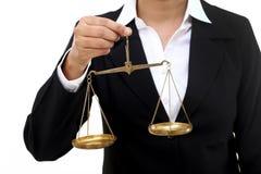 Bizneswoman trzyma sprawiedliwości skala obrazy royalty free
