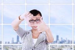 Bizneswoman tworzy ramę z palcami zdjęcie stock