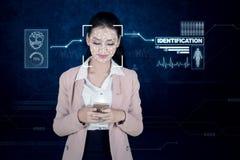 Bizneswoman używa biometryczną twarzową identyfikację obraz royalty free