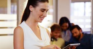 Bizneswoman używać cyfrową pastylkę zbiory