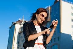 Bizneswoman używać medialnego zastosowania w telefonie obraz royalty free