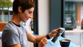 Bizneswoman używa cyfrową pastylkę podczas gdy mieć kawę zdjęcie wideo