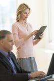 Bizneswoman Używa Cyfrowej pastylkę W biurze Zdjęcia Royalty Free