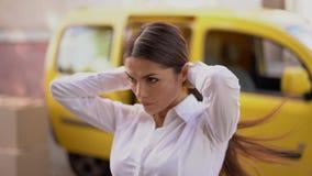 Bizneswoman używa hairband robić ponytail zdjęcie wideo
