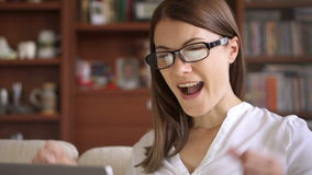 Bizneswoman używa laptop w domu, fachowy żeński odbiorczy dobre wieści excited rozochocony ono uśmiecha się zbiory