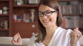 Bizneswoman używa laptop w domu, fachowy żeński odbiorczy dobre wieści excited rozochocony ono uśmiecha się zdjęcie wideo