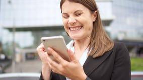 Bizneswoman używa mądrze telefon w miasta śródmieściu, fachowy żeński odbiorczy dobre wieści excited zdjęcie wideo