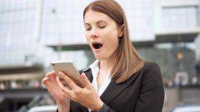 Bizneswoman używa mądrze telefon w miasta śródmieściu, fachowy żeński odbiorczy dobre wieści excited zbiory wideo
