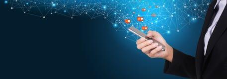 Bizneswoman używa mobilnego mądrze telefon, socjalny, środki, marketing zdjęcia stock