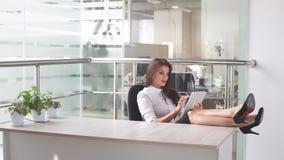 Bizneswoman używa pastylkę w budynku biurowym Zdjęcia Stock