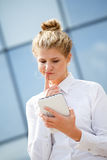 Bizneswoman używa pastylka komputer wewnątrz Zdjęcia Royalty Free
