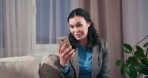 Bizneswoman używa telefon komórkowego dla wideo wezwania zdjęcie wideo
