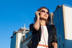 Bizneswoman używa telefon komórkowy w mieście zdjęcie royalty free