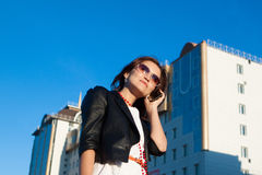 Bizneswoman używa telefon komórkowy w mieście zdjęcia stock