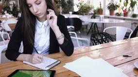 Bizneswoman używa pastylka komputer z zielonym dotyka ekranem w kawiarni zdjęcie wideo