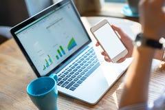 Bizneswoman używa smartphone i laptop Obrazy Royalty Free