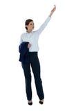 Bizneswoman udaje trzymać niewidzialnego przedmiot Obraz Stock