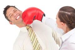 Bizneswoman uderza pięścią biznesmena z bokserskimi rękawiczkami Zdjęcie Royalty Free