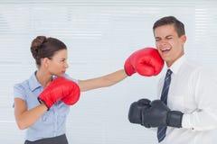 Bizneswoman uderza pięścią jej kolegi podczas gdy boksujący wpólnie Zdjęcie Stock