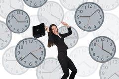 Bizneswoman unosi się wśród zegarów Obrazy Stock