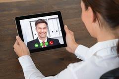 Bizneswoman Videochatting Na Cyfrowej pastylce Zdjęcia Royalty Free