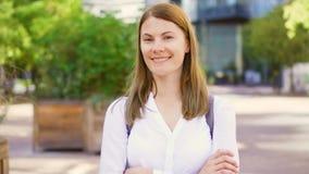 Bizneswoman w białej koszulowej pozyci w w centrum biznesowym dictrict Fachowa kobieta ma przerwę zdjęcie wideo